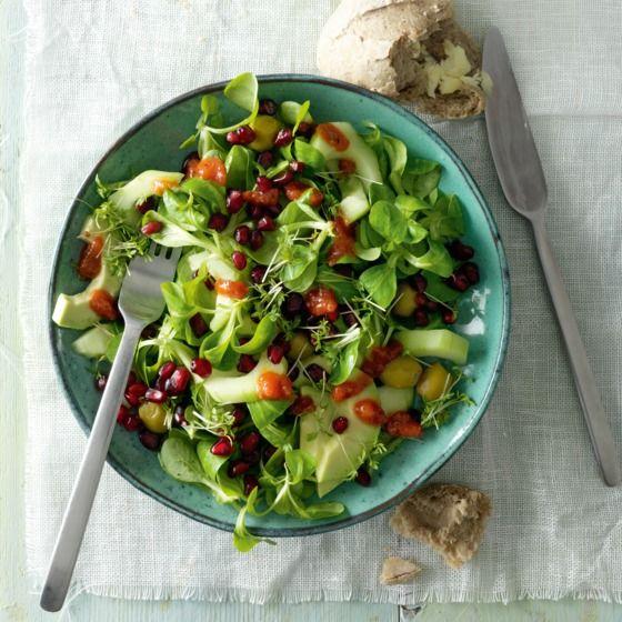Veldsla met avocado en granaatappel