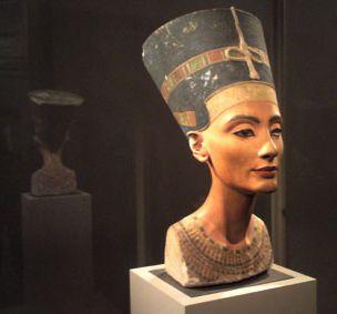 Die Büste der Nofretete im Ägyptischen Museum zu Berlin
