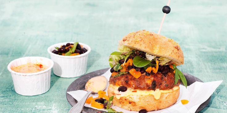 Met dit heerlijke recept, voor een hamburger anders, lik je (en de rest van het gezin) je vingers af. Dit heb je nodig (4 personen) 100 g zoete aardappel (1 kleintje), in heel kleine blokjes 400 g half-om-half gehakt 150 g zwarte bonen (blik), uitgelekt 1 ei, losgeklopt ± 2 el harissa 2 el paneermeel…