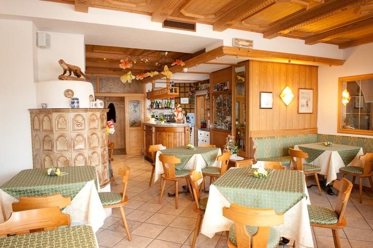 Il nostro bar... dove Laura sarà lieta di farvi provare il nostro speciale Blumenspriz o l'aperitivo Trentino per eccellenza l'Hugo, o una gustosa tisana a base di fiori e foglie delle nostre montagne!