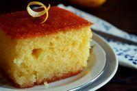 Το μυστικό για καλό ραβανί είναι τα αυγά. Στην οικογένειά μας ήταν το παραδοσιακό γλυκό του αρραβώνα. Εγώ το μετέτρεψα σε επίσημο γλυκό του πάρτι μασκέ που κάνει κάθε χρόνο η Γαλάτειά μας.