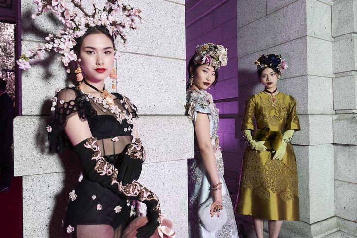 ドルチェ&ガッバーナが、アルタモードとアルタサルトリーアコレクションを上野・国立博物館の表慶館で披露! デザイナーのドメニコ・ドルチェとステファノ・ガッバーナも約25年ぶりに来日した。メンズ&ウィメンズ合わせて100ルックにも及ぶ豪華絢爛なコレクションは、この日のために特別にデザインされた。ショーの舞台裏とあわせてチェックして!