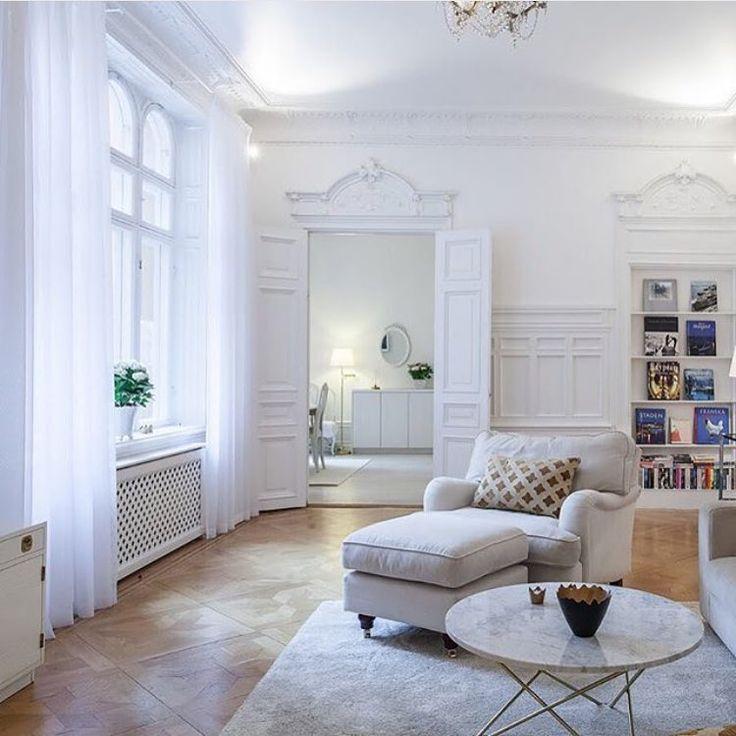 Underbar lägenhet snart hos @behrerochpartners  Så kär i marmorbordet från Ox Design! #livingroom #vardagsrum #marmor #marmorbord #oxdesign #whiteinterior #sekelskifte #mässing #inredning #interior #roomforinspo