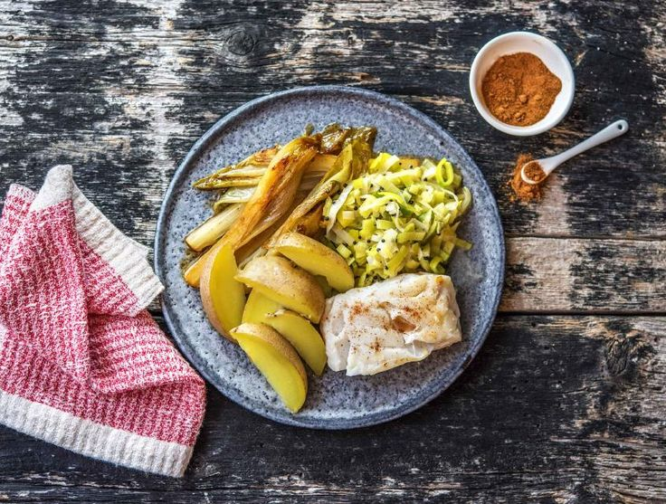 De zachte schelvis serveer je vandaag met gesmoorde prei en mosterd. Dit serveer je samen met in de schil gekookte nicola aardappelen en gekarameliseerde witlof.