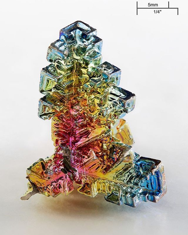 The #chemical #element #bismuth as a #synthetic made #crystal. The surface is an #iridescent very thin layer of #oxidation.  Image credit: Alchemist-hp (www.pse-mendelejew.de)  Richard Bartz with focus stack.  #beautifulchemistry #chemistry  #staynerdy #science #molecules #chemist #crystals #rainbows #colors