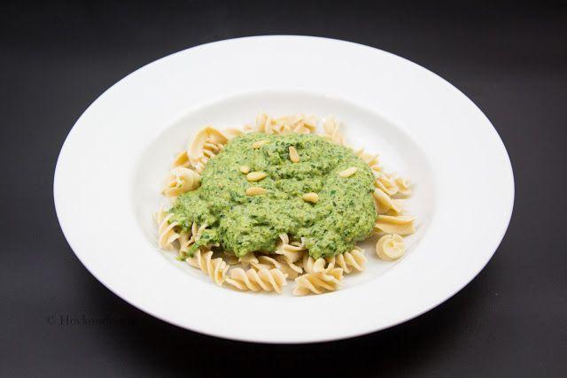 Grön Pastasås 2 portioner  150 g spenat, fryst och tinad 100 g kokt broccoli 100 g färskost, vitlök-örter 2 msk pesto salt peppar grädde, valbart  kokt pasta  Mixa spenaten och broccolin med en stavmixer. Värm sedan blandningen i en kastrull och tillsätt färskost, pesto, salt och peppar. Tycker du att såsen är för tjock ha i en skvätt grädde. Blanda i den kokta pastan och servera.