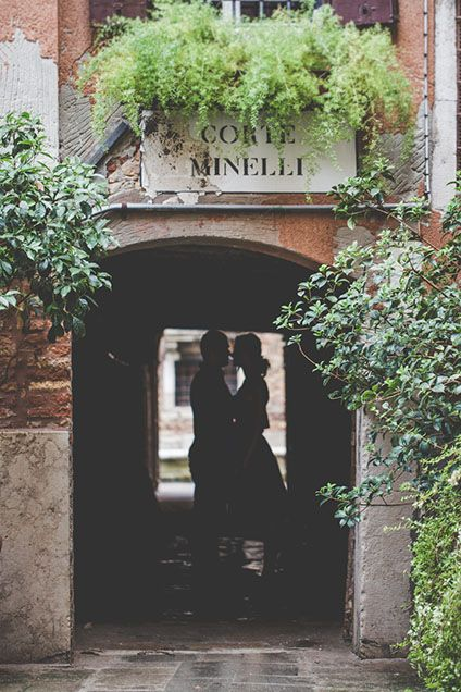David and Dasha a swoon-worthy rainy proposal in Venice by Kinga Leftska.