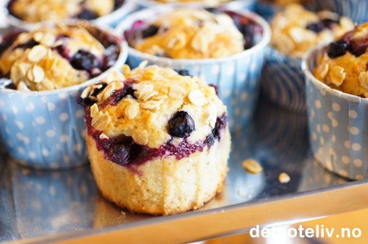"""I dag vil jeg gi deg oppskrift på noen kjempegode hverdagsmuffins:""""Muffins med blåbær og banan""""! Et lett dryss med havregryn på toppen av disse muffinsene ser stilig ut og gjør seg veldig godt smaksmessig. Jeg falt pladask for både smakskombinasjonen og den myke, mettende konsistens på disse muffinsene. Oppskriften er hentet fra Tara Smak som jeg abonnerer på, og som du også kan kjøpe abonnement på nå med hele 56 % avslag, se bestillingsskjemaet her. Du får 12-15 deilige muffins ..."""