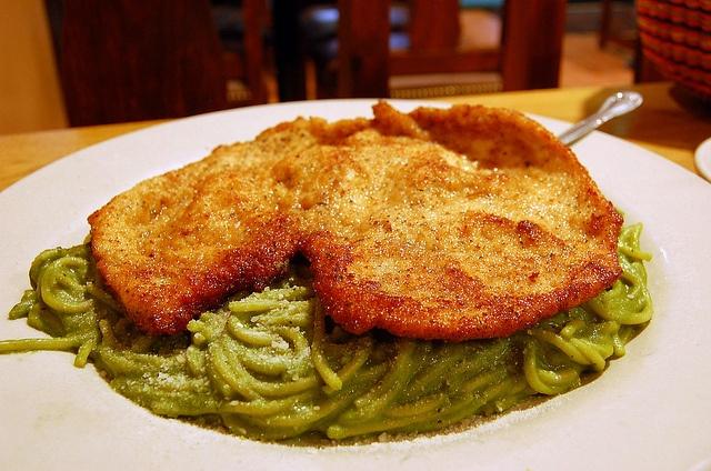 tallar n verde con pollo apanado   spaghetti with pesto