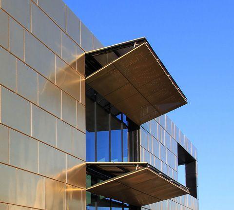 Ein Goldhaus in München ist die neue Firmenzentrale der pro aurum GmbH. Mit seinen rund 8000 Kubikmetern Bauvolumen entspricht es dem Volumen der bis heute weltweit geförderten Goldmenge und wartet dabei mit symbolischer Architektur und interessanten, funktionalen Besonderheiten auf.