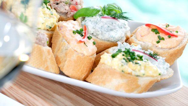 Pomazánky jsou nedílnou součástí jídelníčků většiny českých domácností. Hodí se k namazání na pečivo, ale také jako dip k zelenině či krekrům na party nebo jen tak k vínu.