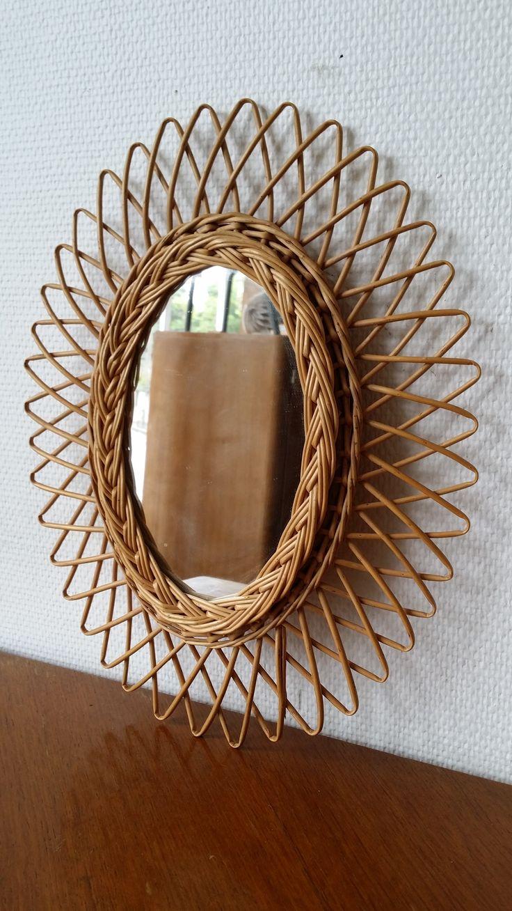 Un petit miroir soleil ovale en rotin... www.monpetitmeuble.com