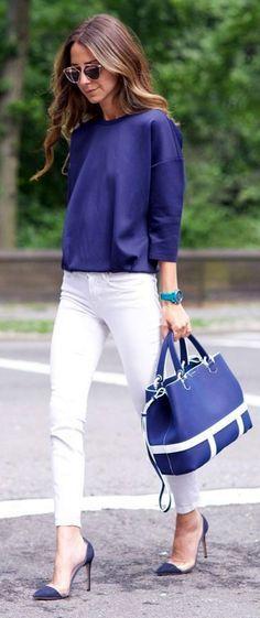 Pantalones blancos, blusa y accesorios en un color sólido. Me encanta como se ve este azul marino!