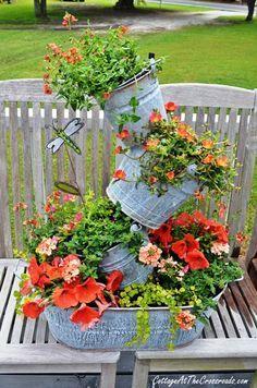 Floreiras de bacias e baldes galvanizados.