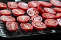 Kurutulmus domatese benim gibi siz de bayiliyorsaniz kolayca kendiniz yapabilirsiniz. Tabi eger iklim sartlariniz musaitse domatesleri gunese yayarak kurutmak en kolayi. Eger kurutmak icin uygun ko…