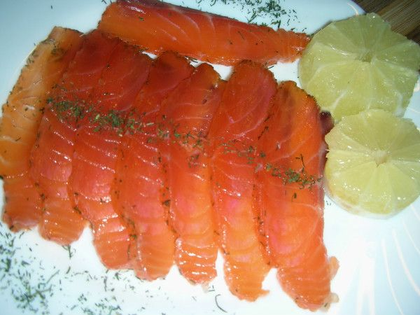 Ingredientes:  200 g de salmón en una pieza ( limpio de espinas )  Eneldo  150 g de sal gorda para marinar  150 g de azúcar granillo