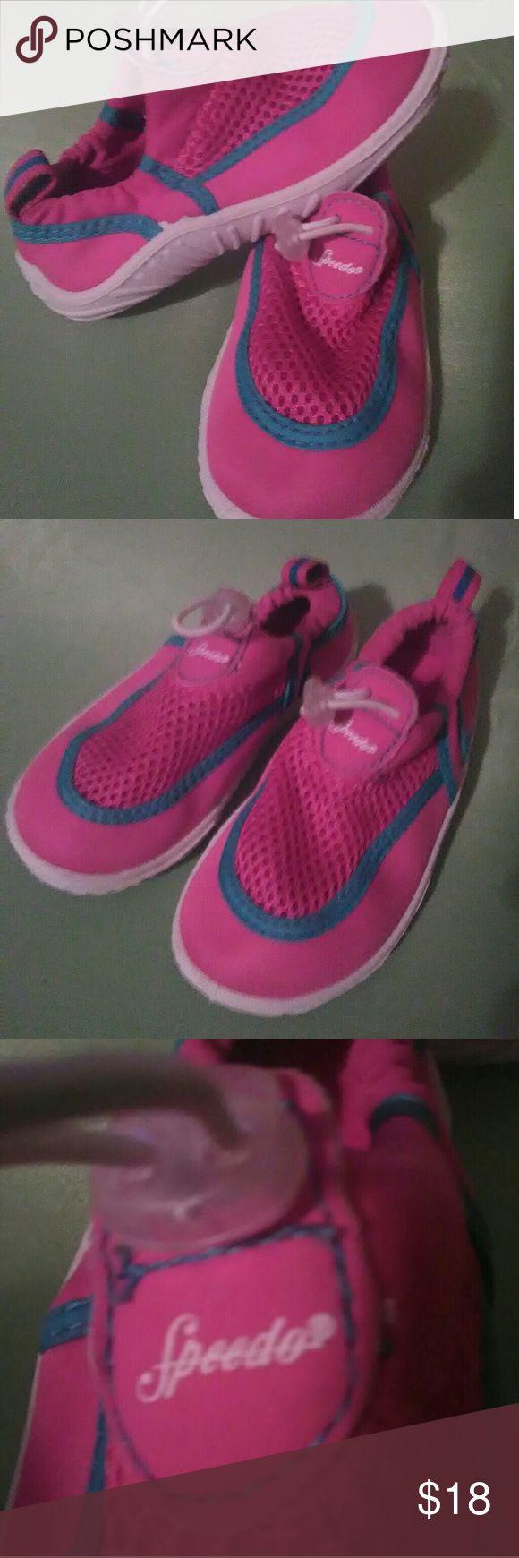 Speedo Girls water shoes In excellent condition. Speedo size L adjustable water/wet shoes. Speedo Shoes Water Shoes