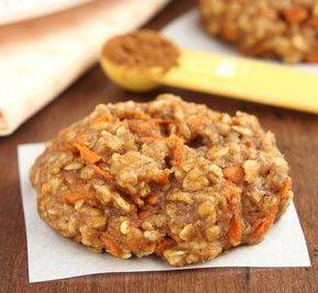Εύκολα και υγιεινά μπισκότα, ιδανικά για όσους νηστεύουν ή προσέχουν την διατροφή τους. Με μόνο 95 θερμίδες το καθένα. Τι χρειαζόμαστε: 100 γρ. αλεύρι για όλες τις χρήσεις 50 γρ. βρώμη 1 κ.γ. baking powder 1/4 κ.γ. αλάτι 50 γρ. ζάχαρη 60 γρ. ελαιόλαδο 3 κ.σ. νερό 1 κ.γ. κανέλα σε σκόνη 40 γρ. καρύδια …