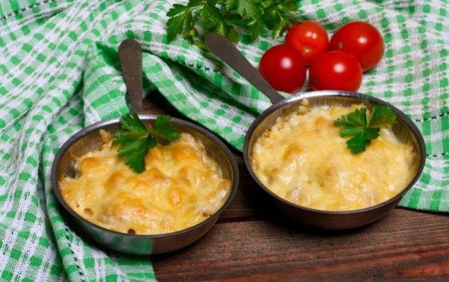 Κοτόπουλο με μανιτάρια, κρέμα γάλακτος και τυριά στο φούρνο