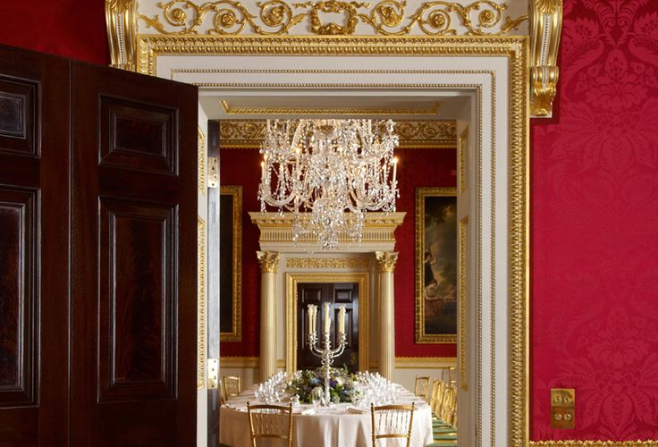 Guides can be arranged to mingle with guests or offer a short speech before lunch or dinner, to describe the features of the Great Room.