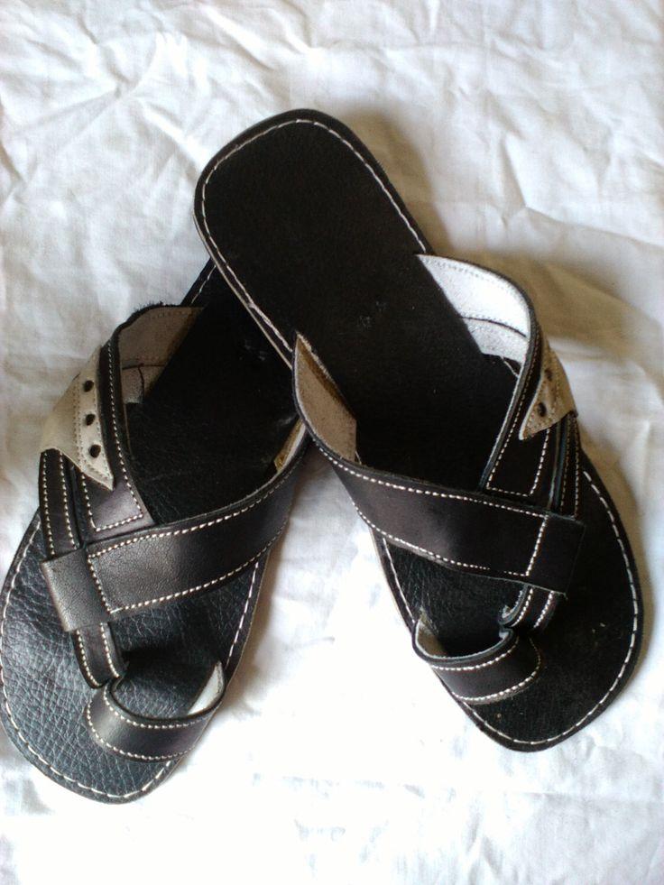 Victoria - hombres africanos Kenia hecho a mano / Unisex cuero sandalias, Flip flops, tangas de DucaLamBasa en Etsy https://www.etsy.com/mx/listing/265606076/victoria-hombres-africanos-kenia-hecho-a