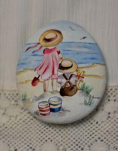 Painted stone, sasso dipinto a mano. Bambini sulla spiaggia. Children at beach.