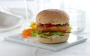 Fiskeburger med let remoulade Hjemmelavet burger er altid et hit. Prøv denne opskrift med fiskebøffer og remoulade.