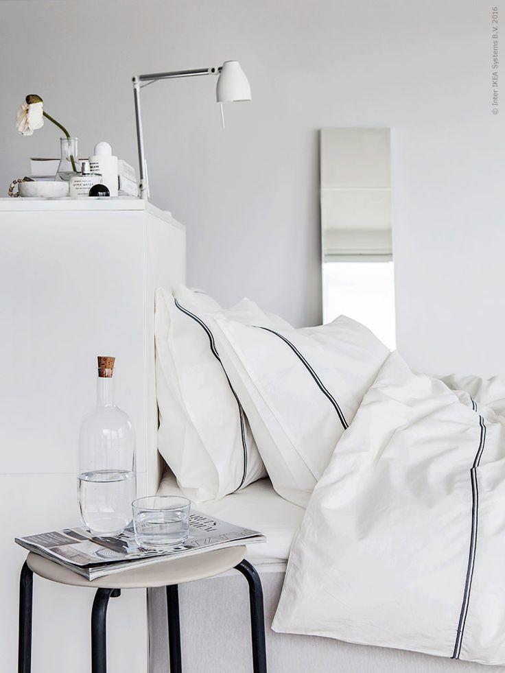 Släpp in ljuset i sovrummet genom luftiga skira gardiner och bädda i krispigt vitt. Vårens nya påslakan HÄXÖRT tillför den där rätta nybäddade fräscha känslan till sovrummet.