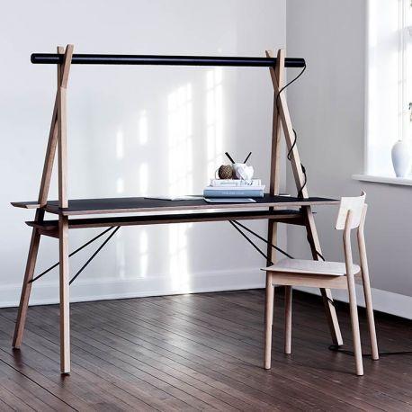 Cadre en bois en forme de A, éclairage LEDs & passe-câble intégrés, le design signé Spant Studio fait de AA un bureau adapté au mode de vie actuel. Et quel style..