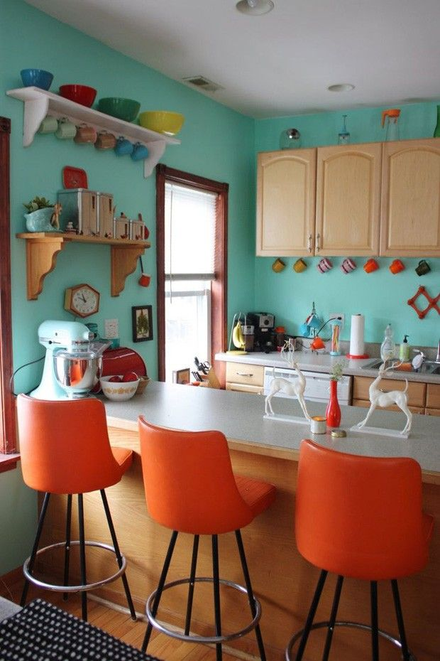 Cozinha laranja e turquesa Cores se misturam a móveis clássicos. A infalível combinação de laranja com turquesa é capaz de levar diversão e energia para qualquer ambiente, incluindo a cozinha. Na imagem acima, as cores, que aparecem nas paredes e nas cadeiras altas, trazem a sensação de conforto graças ao espaço. Nele, armários, bancada e prateleiras aparecem em versões tradicionais, mostrando em suas superfícies a textura natural da madeira. Para deixar tudo ainda mais interessante, uma…