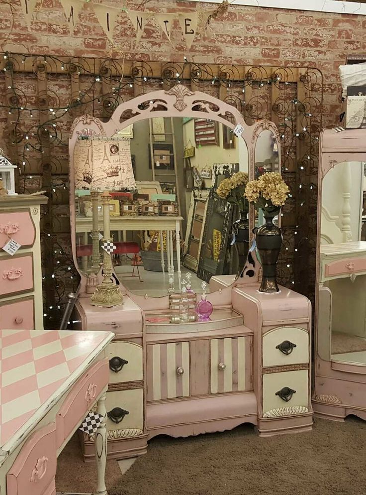 Stunning antique 3-mirror vanity painted and distressed/waxed in ASCP  Antoinette and Old - Best 25+ Antique Makeup Vanities Ideas On Pinterest Antique