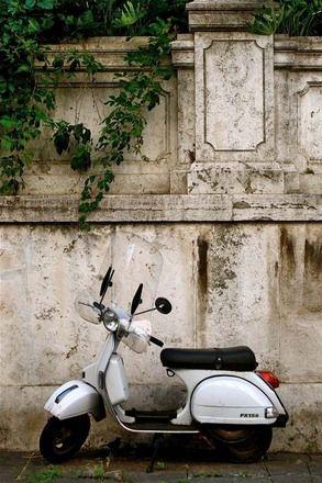 Op een vespa door Rome toeren.
