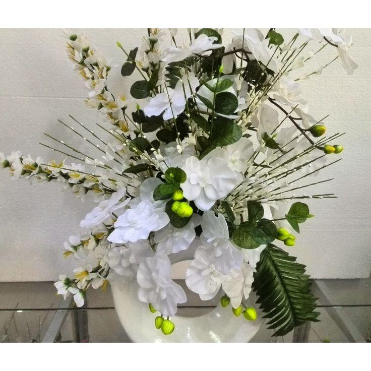 seramik vazoda beyaz bahardalı ve orkideler