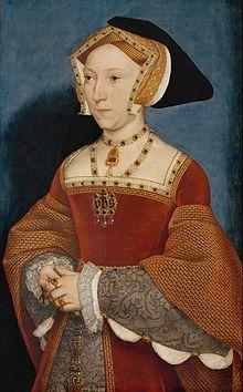 Jeanne Seymour fut la troisième épouse d'Henri VIII ; portrait réalisé par Hans Holbein le Jeune en 1536. Portrait d'une femme portant une coiffe, une robe rouge et de nombreux bijoux