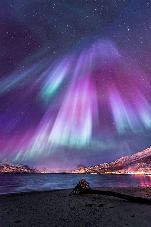 Aurora boreal presentando tonos morados...