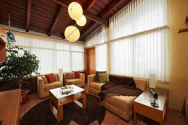 Cortinas verticales en una sala acogedora sala de estar Cortinas verticales. Todo lo que necesitas saber.