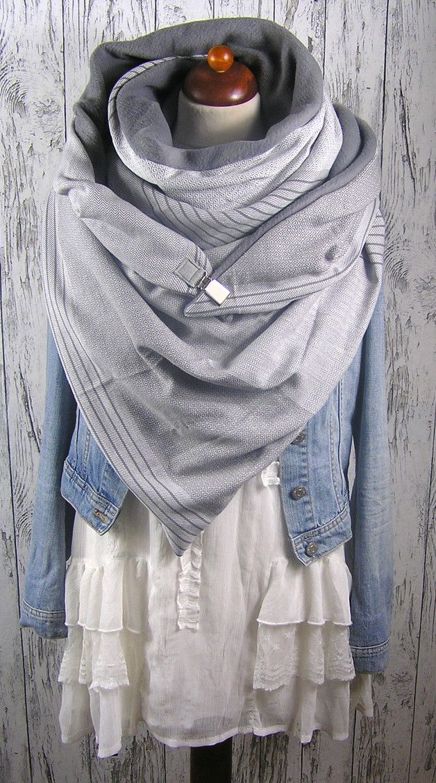 XXL Dreieckstuch mit 2 verschiedenen Seiten. Die eine ein weicher Fleece in grau, die Andere ein schöner Baumwollwebstoff gemustert weißgraues Muster. Zum Schließen habe ich einen...