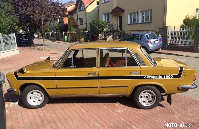 Polski Fiat 125p Akropolis – Połowa lat 70-tych to najlepszy okres w historii Polskiego Fiata. Po pobiciu rekordów prędkości w '73 nadeszły sukcesy rajdowe, duża modernizacja MR 75 i w między czasie – od '74 roku rozpoczęto krótkoseryjną produkcję wersji specjalnych PF 125p Monte Carlo 1600 i PF 125p Akropolis 1800. Na zewnątrz wyróżniały się aluminiowymi felgami, kontrastowymi pasami na bokach karoserii i lusterkami umieszczonymi na błotnikach, lecz największy skarb kryły pod maską