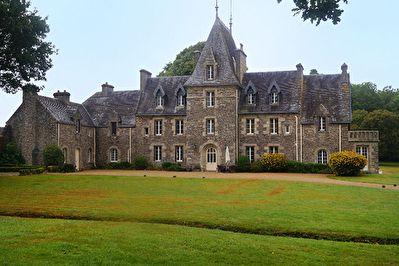 A seulement 20 kilomètres de la côte, au bout d'une allée se dresse fièrement cet élégant château du XVII  siècle, remanié au cours des années 30 et restauré par les propriétaires actuels. Au coeur d'un parc de plus de 34 hectares composé de bois et de pâtures, se trouvent court de tennis, piscine avec pool house, chapelle mais aussi grange, lavoir, maison de gardien, et moulin.  Descriptif : Le château offre de vastes pièces comme la salle à manger, la cuisine ou le salon, la salle de…