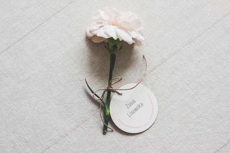 http://cudowianki.pl/winietki-2/  Wedding place card by Cudowianki. | Okrągła winietka przywiązywana do kwiatka by Cudowianki.