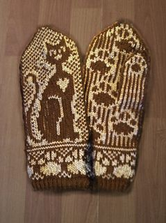 These mittens are named after a wonderful cat who is long gone from the world but never from my heart. Zammet was a slender, elegant girl with an enormous heart. She loved her two-legged family, and her favourite way of expressing this devotion was by kneading, hence the many paw prints in the pattern. :-)