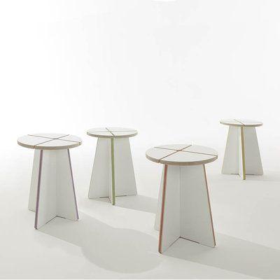Un tabouret simple et minimaliste avec des élastiques en caoutchouc pour personnaliser la couleur (les élastiques sont purement décoratifs) ... LAPADD.com