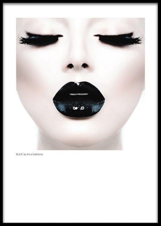 Porträtt av kvinna med svarta glansiga läppar.