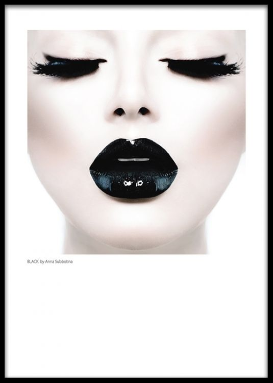 Print med foto av kvinna med svarta glansiga läppar, Black lips. Snygg att matcha med andra mode posters och fotografier. Planscher och affischer med svartvita fashion fotografier.