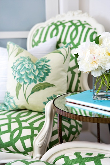 floral and pattern mix: Colors Combos, Living Rooms, Pattern, Trellis, Fabrics, Kelly Green, Green Chairs, Design Home, Pillows