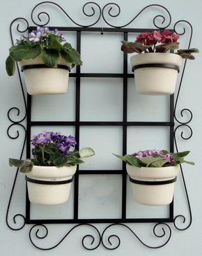 Treliça para vaso jardim vertical medidas: 45x60 cm . <br>Ideal para flores e horta vertical. <br>Acompanham 04 argolas móveis. <br>Feita de ferro com pintura eletrostática. <br>Produto 100% artesanal. <br>Vasos e flores não acompanham o produto. <br>Frete não incluso