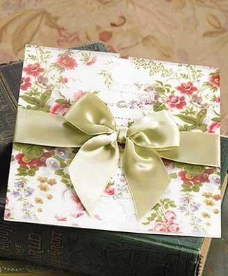 Invitaciones para una boda con diseño floral y listón con moño de apertura verde manzana http://www.invitacionesboda.mx