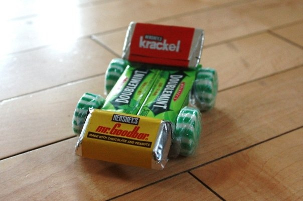 Candy Car Place Holder.  Try this neat idea for a boys themed or car themed party.  So easy to make, edible and a super cute take home gift.  Tip: You could opt to do these up in place of the standard loot bags usually given out at parties.  Go on get creative and share your ideas with us.