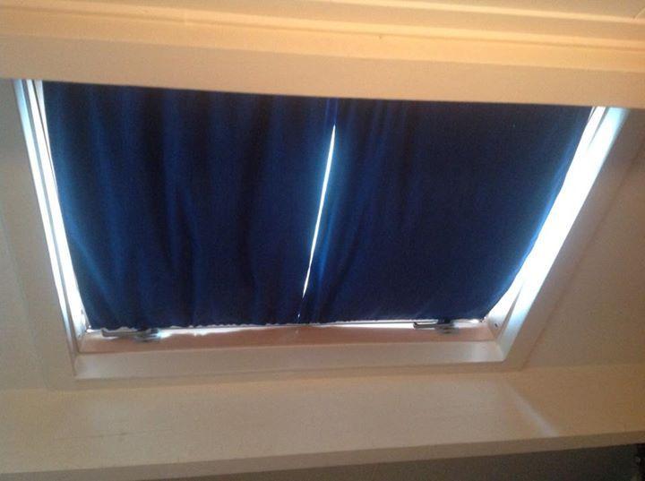 Met een lap stof, spiraal en haakjes tover je zo een paar gordijnen in een dakraam!