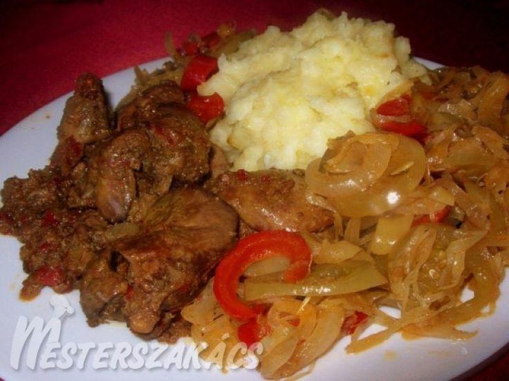 Hagymaágyon sült csirkemáj krumplipürével, párolt vegyes savanyúsággal